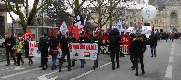 manif-education-contre-lois-peillons-lille-12fev2013-banderole-intersyndicale-et-banderole-cnt-reduction